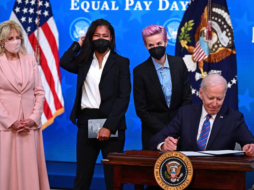 Fußballerinnen Purce und Rapinoe, flankiert vom Präsidentenpaar