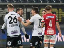 Altach bejubelt Matchwinner Emanuel Schreiner (verdeckt)