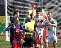 Luka Lochoshvili (m.) sah bereits zum dritten Mal in dieser Saison Rot