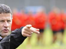 Ried-Trainer Andreas Heraf zeigt den Weg, die Spieler folgen derzeit