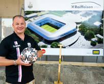 Ein strahlender LASK-Präsident vor dem Stadionmodell