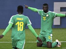 Senegals Niang (r.) gelang ein kurioser Treffer