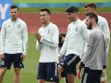 Sergio Busquets (2.v.l.) führt Spanien wieder aufs Feld