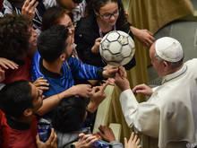 Der Papst gilt als Freund des Fußballs (Archivbild)