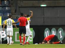 Der Schiedsrichterassistent bekam einen Becher auf den Kopf