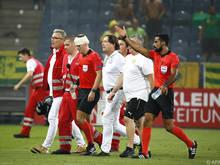 Ein voller Becher traf Schiedsrichter-Assistent am Kopf