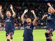Der Dreizack aus Messi, Neymar und Mbappe freut sich gemeinsam