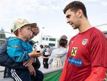 Dragović mit einem kleinen Fan