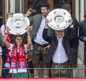 Titelverteidigerin: Laura Feiersinger neben Arjen Robben bei der Bayern-Titelfeier