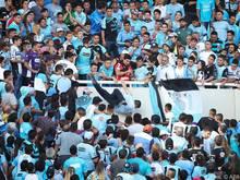 Der Fan wurde vom Zuschauerrang geschubst