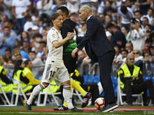 Zinedine Zidane klatscht mit seinem Top-Star Luka Modric ab