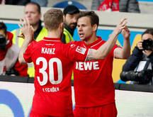 Louis Schaub bejubelt seinen Treffer zum 2:2 mit Florian Kainz