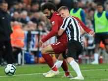 Newcastles Matt Ritchie (rechts) gegen Mo Salah