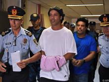 Ronaldinho war mit gefälschten Ausweisen verhaftet worden