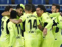 Atletico-Spieler herzen Siegtorschütze Luis Suarez.