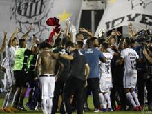 Santos-Spieler und -Betreuer feierten ausgelassen