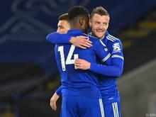 Leicesters Torschützen Iheanacho (l.) und Vardy umarmen einander