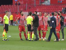 Der Schiedsrichter sorgte in Sevilla für fragende Blicke