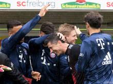 Rekordmann Lewandowski lässt sich von seinen Teamkollegen feiern