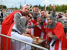 Die englischen Fans könnten bald wieder am Platz ihr Bier trinken dürfen