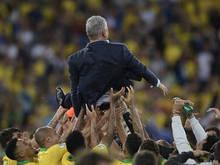 Trainer Tite ließ sich von seiner Mannschaft ordentlich feiern