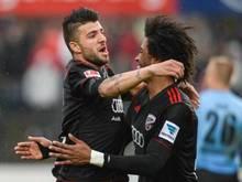 Caiuby (r) bejubelt das 2:0 durch Ümit Korkmaz. Foto: Armin Weigel