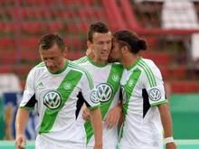 Der Wolfsburger Ivan Perisic (M) erzielte das 1:0 gegen den KSC. Foto: Uli Deck