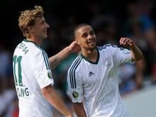 Leverkusens Sidney Sam (r) war mit zwei Treffern und zwei Vorlagen der Mann des Spiels. Foto: Jonas Güttler