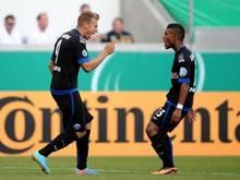 Rick ten Voorde (l) freut sich mit Elias Kachunga über seinen Treffer zum 2:1 für Paderborn. Foto: Jonas Güttler