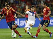 Eduardo Vargas (m.) setzt sich gegen die Spanier Raul Albiol (l.) und Alvaro Arbeloa durch