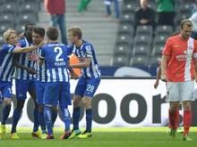 Die Spieler von Hertha BSC jubeln nach einem Treffer gegen Mainz. Foto: Ole Spata