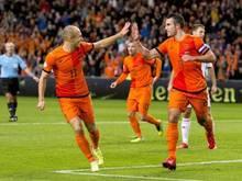 Robin van Persie (r) jubelt über den Treffer zum 1:0 für die Niederlande