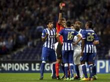 Portos Hector Herrera, im Trikot mit der Nummer 16, sieht die Gelb-Rote Karte