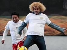 Kolumbiens Fußball-Idol Carlos Valderrama (r) will für Frieden in seinem Land sorgen