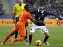 Der Franzose Franck Ribéry behauptet den Ball gegen Quincy Promes