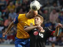 Der Braunschweiger Damir Vrancic (l.) brach sich gegen Leverkusen die Nase