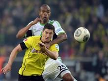 Dortmunds Robert Lewandowski im Duell mit Wolfsburgs Naldo. Foto: Bernd Thissen