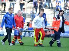 Lia Wälti wird nach einem Schlag gegen den Kehlkopf vom Platz getragen.