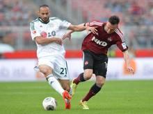 Nürnberg kann sich nicht durchsetzen und muss weiter zittern: Josip Drmic (r) verliert den Zweikampf gegen Ömer Toprak. Foto: Timm Schamberger
