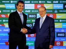 Coach Julen Lopetegui (l.) wird von Porto-Präsident Jorge Nuno Pinto da Costa begrüßt