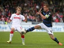 Der Frankfurter Manuel Konrad (r) spitzelt den Ball vor dem Kölner Bard Finne weg. Foto: Fredrik von Erichsen