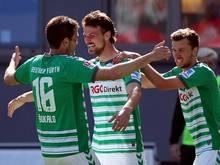 Der Fürther Ilir Azemi (M.) jubelt mit Goran Sukalo (l) und Tom Weilandt über seinen Treffer zum 1:0. Foto: Daniel Karmann