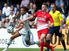 Umkämpft: Erst imElfmeterschießen konnten die Freiburger den FCSchalke 04 besiegen