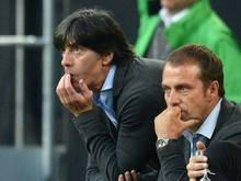 Joachim Löw (l) und Co-Trainer Hansi Flick haben die DFB-Spieler ganz genau beobachtet. Foto: Bernd Thissen
