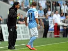 Münchens Trainer Ricardo Moniz (l.) hat seine fünf zunächst ins Regionalligateam versetzten Spieler begnadigt