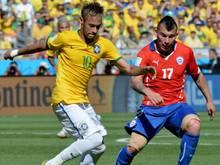 Gary Medel (r. hier gegen Brasiliens Neymar) unterschreibt für vier Jahre bei Inter