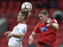 Kevin Kraus vom FC Heidenheim (r) und Sören Brandy von Union Berlin kämpfen um den Ball. Foto: Daniel Maurer