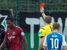 Schiedsrichter Martin Petersen zeigt Marcelo (l) die rote Karte