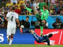 Manuel Neuer erwischte bei einer Abwehraktion Gonzalo Higuain mit voller Wucht