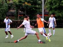 Manuel Friedrich (m.) beim Training seines neuen Klubs Mumbai City FC
